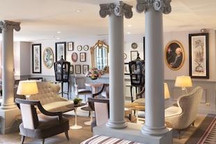 Le hall avec colonnes, miroirs et portraits de famille