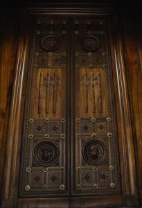 Une des portes en bois menant à une salle d'audience