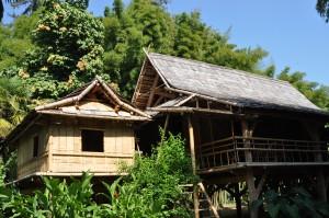 Construction d'un village laotien en bambou