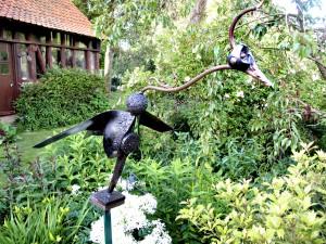 Oiseau au milieu des plantes