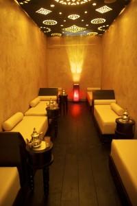 Lumières tamisées, peintures maïs, ocre et marron,portes en bois ajouré pour une décoration typiquement orientale