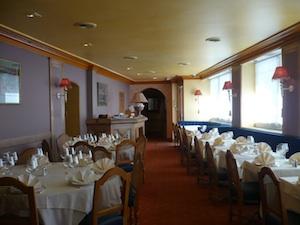 Une des deux salles du restaurant sans excès bollywoodien