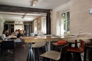 La salle de restaurant au 1 er étage avec sa table d'hôtes