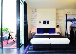 La chambre Ennio Morricone avec batteries et partitions musicales