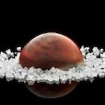 La magie du sel des sauniers de Camargue et le talent de Patrick Roger pour une inédite sphère chocolatée, le Mistral