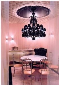 Façon boudoir à la Chantal Thomass, le petit salon rose privatisable et son lustre noir de Starck