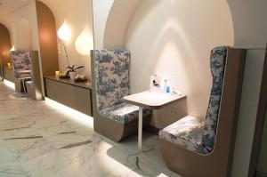 Des alcôves avec mobilier en toile de Jouy pour les consultations esthétiques