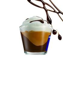 Latte goloso : espresso, lait, crème fouettée et pépites croquantes