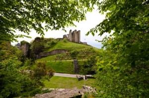 L'épine rocheuse sur laquelle le château a été construit aurait-elle donné son nom à la ville ?