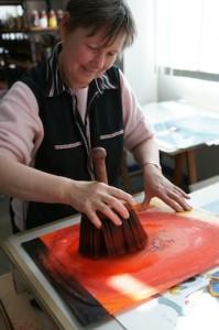 Impression de peinture grâce au gros pinceau à tourner en rond pour éviter les bavures