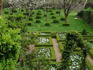 Coupe de l'herbe en damiers et plantations de fleurs uniquement blanches dans le verger du bas
