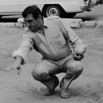 Lino Ventura sur le terrain de pétanque devant le Café de la Place