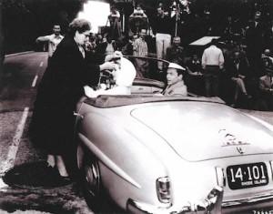 Grace Kelly et Franck Sinatra et une Mercedes 190 SL de 1956