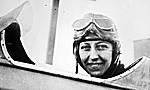 Amy Johnson à bord d'un avion