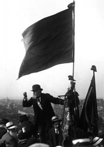 Une des plus célèbres photos : haranguant la foule au Pré St Gervais
