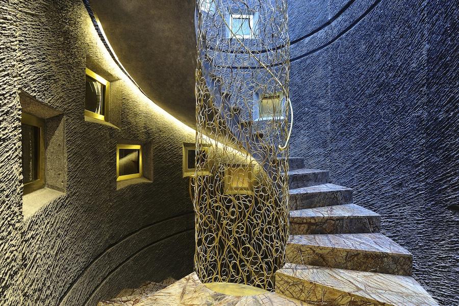 L'escalier en fer forgé torsadé comme un collier