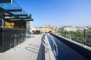 Sur le toit, la piscine offre une belle vue sur la ville