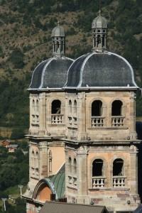 Les cloches de la collégiale dominent la vieille ville