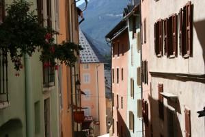 L'influence italienne perceptible grâce aux façades colorées des maisons