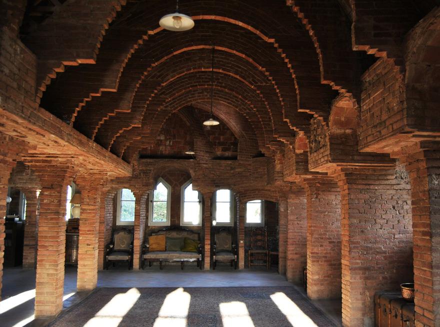 L'intérieur encore brut permet de voir la manière dont travaillait Gaudi