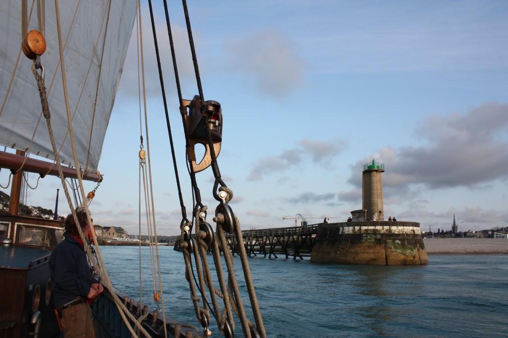 Le phare d'Aval à l'entrée du port