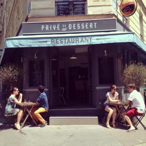 La façade du restaurant à la jonction av. Trudaine - rue des Martyrs