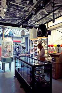 A cheval sur la droguerie, la boutique cadeau et la maison d'édition