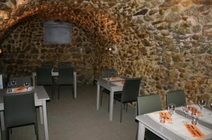 Au fond une cave voûtée rappelle la région viticole de Tain l'Hermitage - Tournon