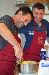 Il faut un sérieux coup de poignet pour mélanger la pâte que Yannick fera volontiers à votre place