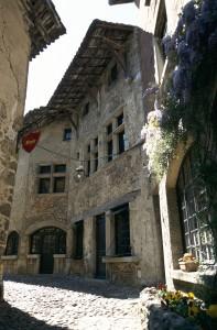 Escarpées, pavées à l'ancienne les ruelles de Pérouges