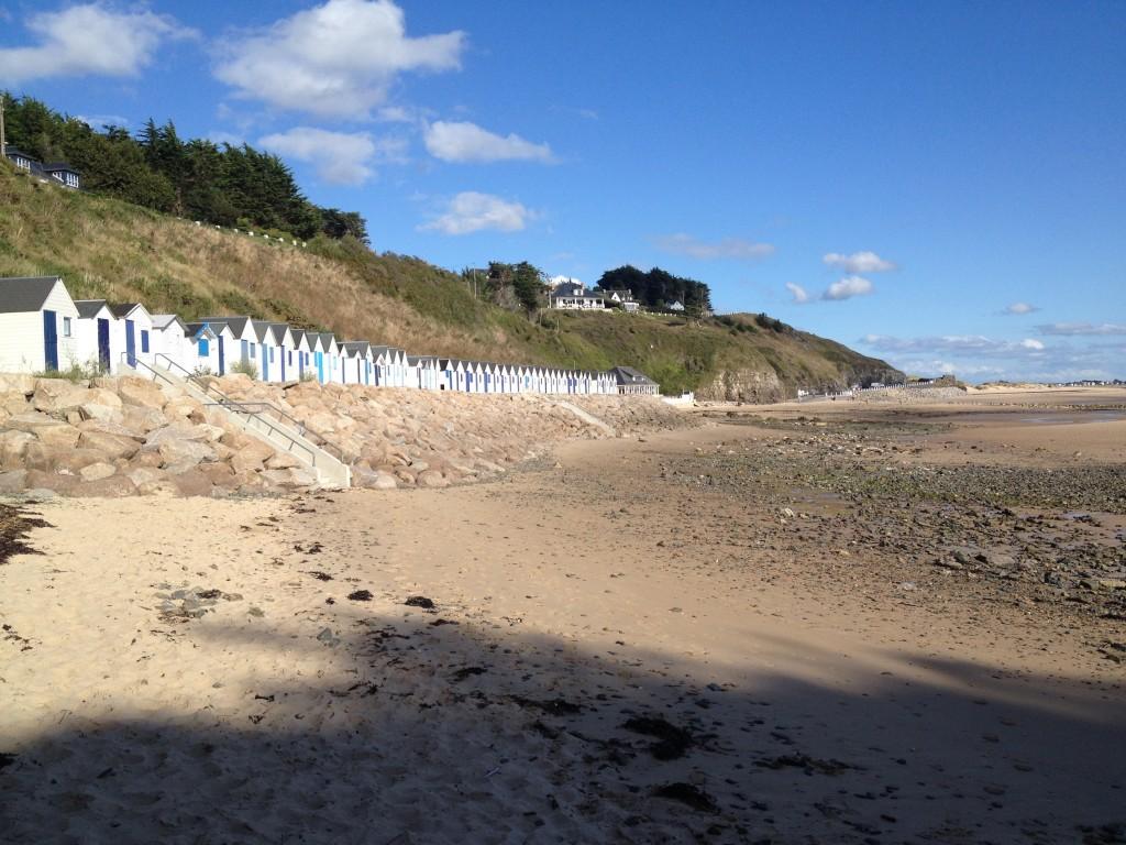 Pour les pêcheurs et les vacanciers, quelques cabanes en bois sur certaines plages