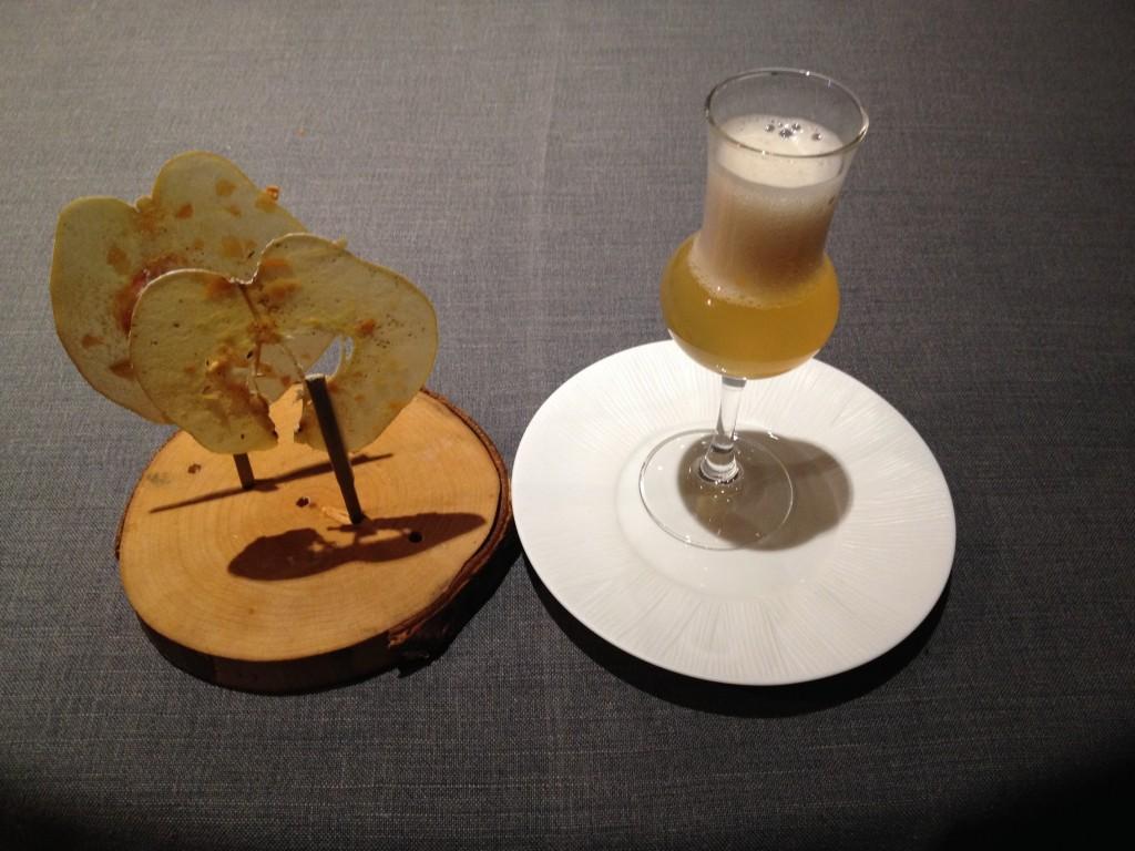 Du jus de coing avec une corolle mousseuse comme une bière et des cristallines de coing