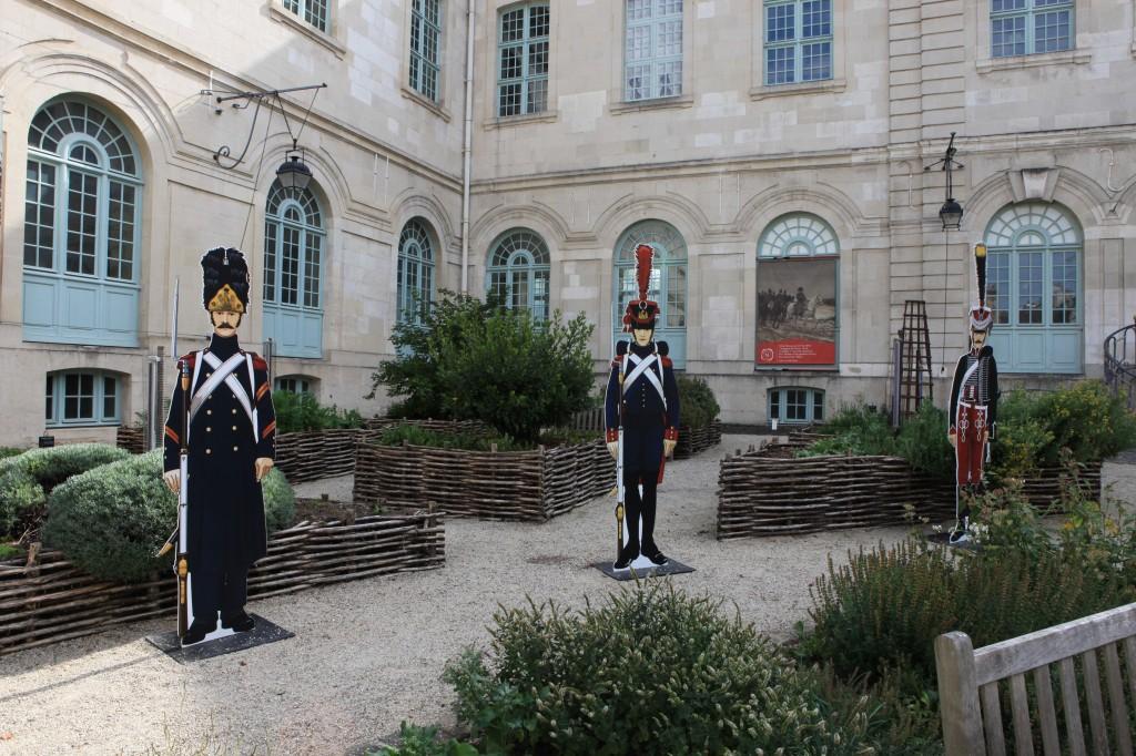 La Cour de l'Hôtel Dieu le Comte et quelques grognards de l'armée napoléonienne