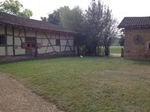 Plusieurs bâtis entourent la maison principale d'habitation