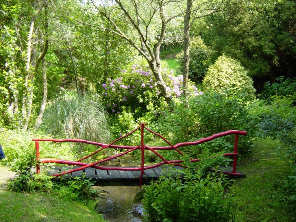 De charmants ponts à la japonaise permettent d'aller de part et d'autre du ruisseau
