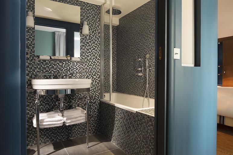 Même les salles de bain respectent les codes années 30 !