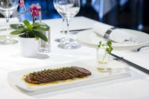 Fines tranches de viande braisées avec sauce au chili rouge