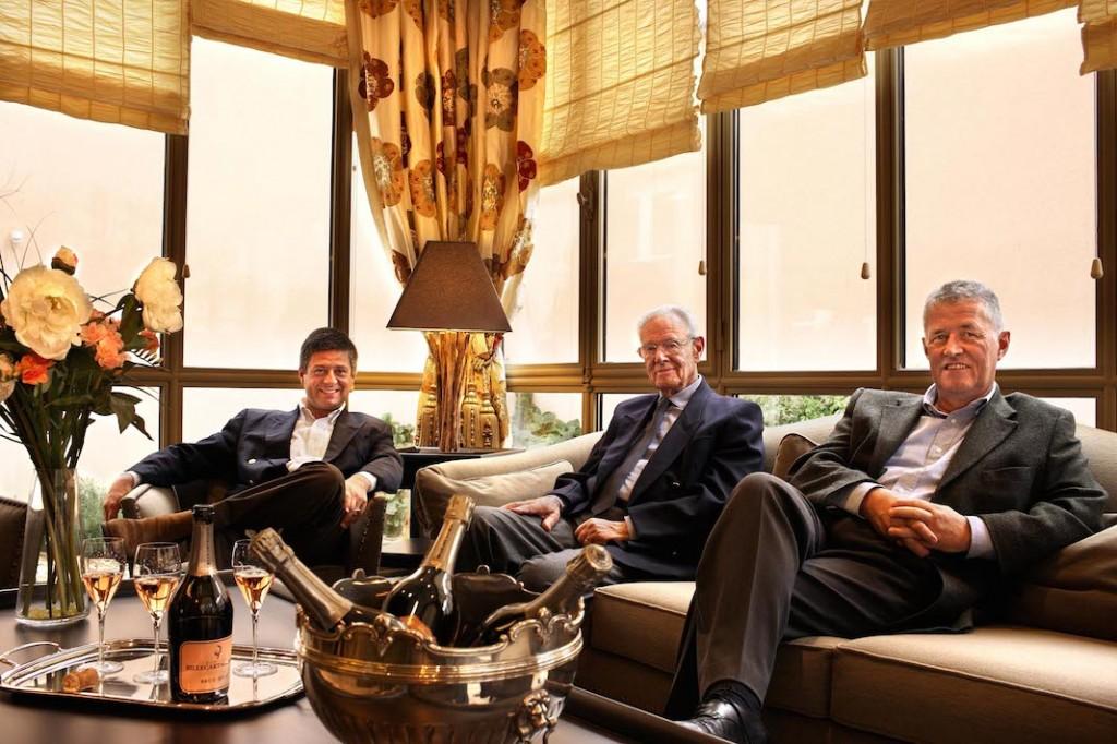 Le père au centre entouré de ses fils, François à gauche et Antoine Roland-Billecart à droite, l'actuel président
