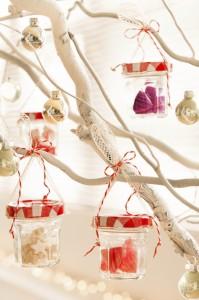 Transformer un pot de confiture en déco de Noël ( ph. Lerouge&Langrand