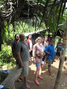 La gemmologue sur place avec des Sri Lankais