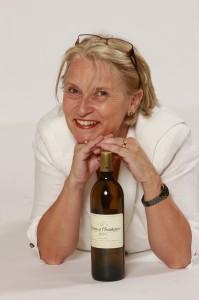 Françoise Lévèque et une bouteille de Chantegrive