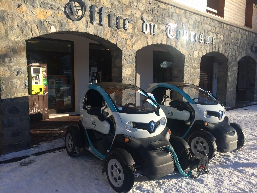 2 voiturettes devant l'office de tourisme