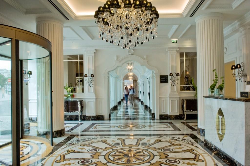 marqueterie de marbres dans le hall de l'hôtel