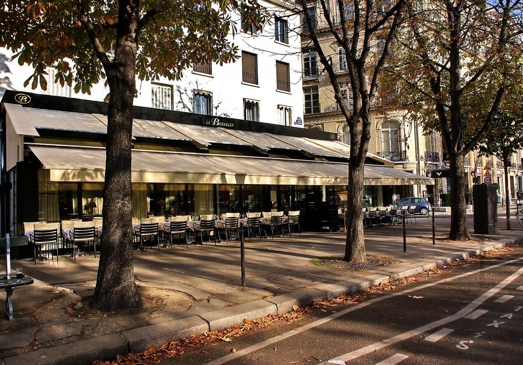 Tables installées sur l'avenue Matignon