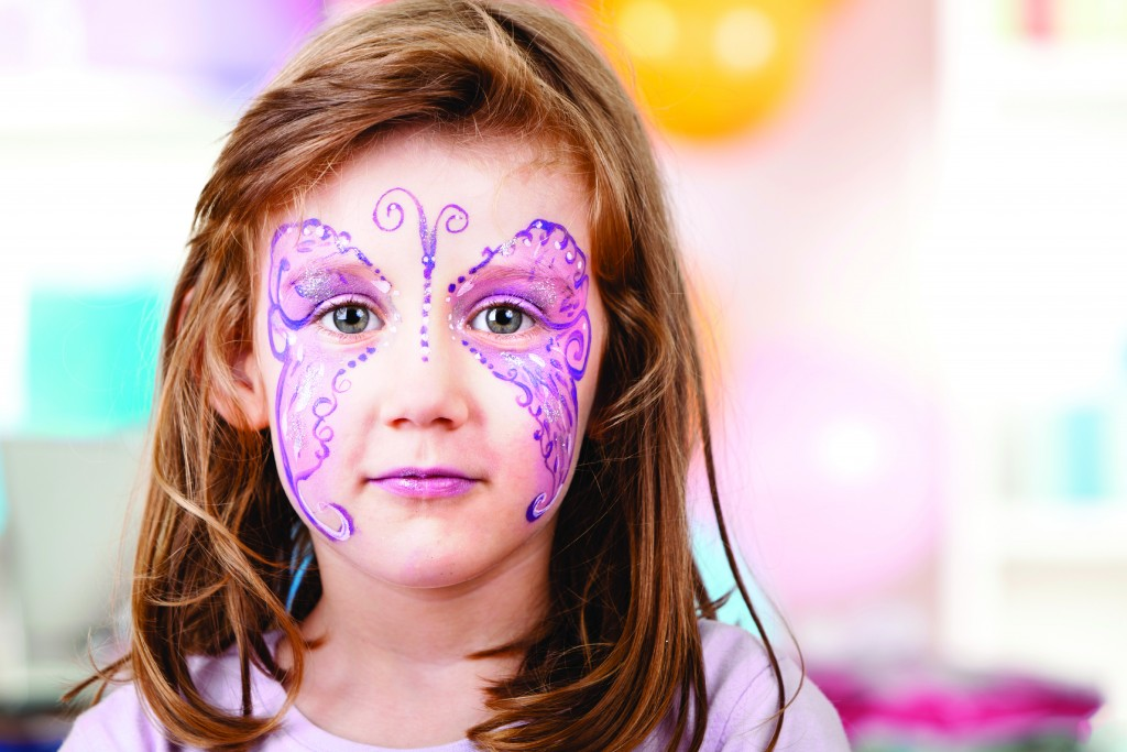 Une fillette maquillée en papillon