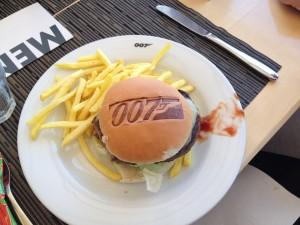 Même le restaurant tournant reprend la 007 mania !