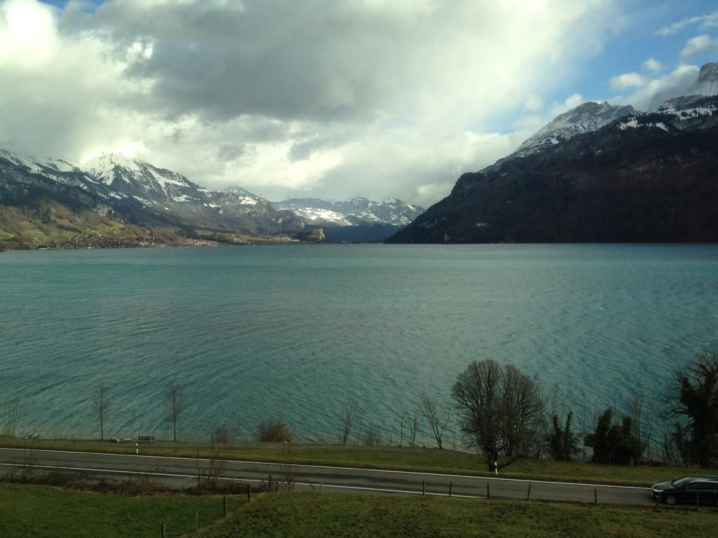 Du train le long du lac avant de monter ....