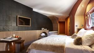 Dans certaines chambres une baignoire ovale au pied du lit