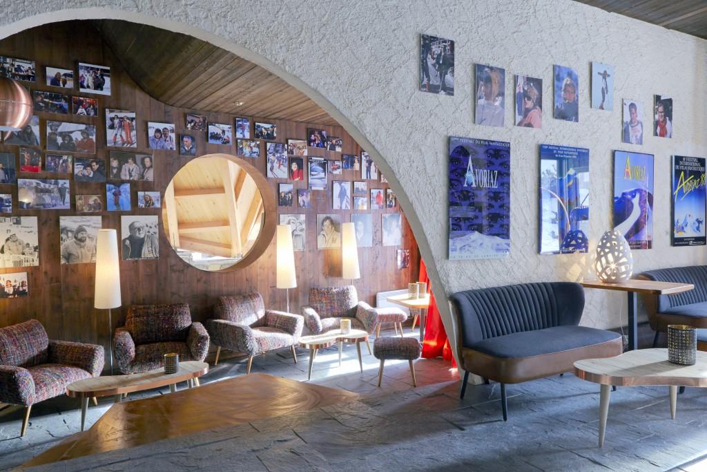 Aux murs des affiches du festival du film fantastique et des champions de ski