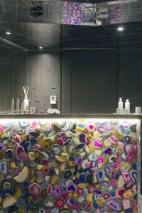 Le bureau d'accueil aux agates multicolores